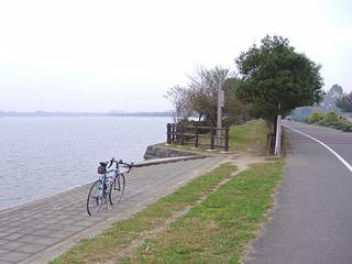 彩湖東岸にて