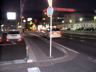 歩道のど真ん中に立つ標識