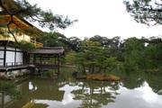 金閣の裏から見た鏡湖池