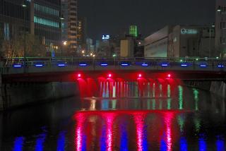 ライトアップされた御成橋の放水