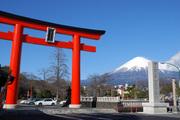 "正面鳥居と""御神体""富士山"