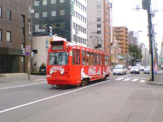 コカコーラのラッピング市電
