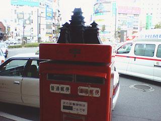 何故かポストの上に松本城のミニチュアが載っかっている