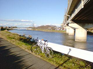 ガードレールにMTBを立てかけないと川に落ちかねないほどに風が強い!!