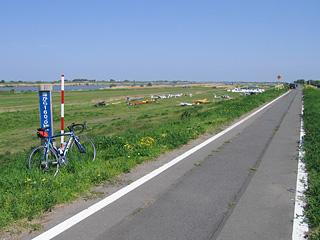 妻沼滑空場と海から160kmポスト