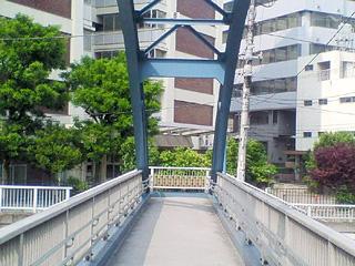 鈴懸歩道橋にて