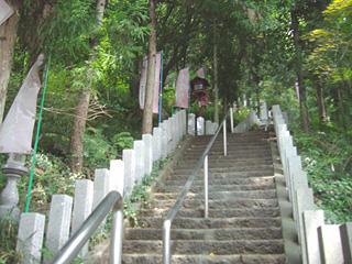 弁天堂を目指して急な階段を登る