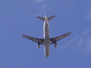 新大阪上空を通過する旅客機